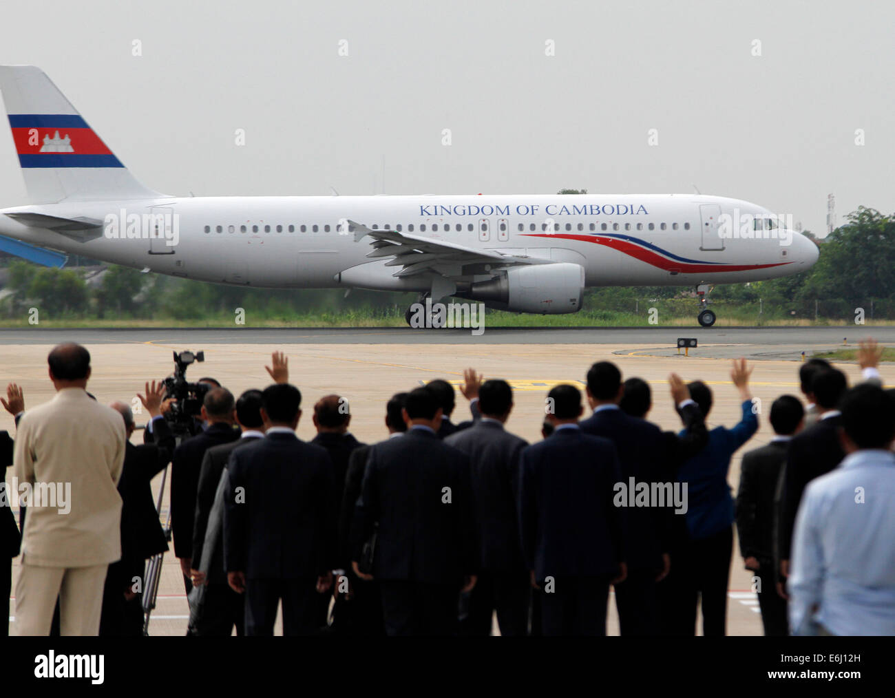 Phnom Penh. 25th Aug, 2015. A plane carrying Cambodian King Norodom Sihamoni and his mother, former Queen Norodom - Stock Image