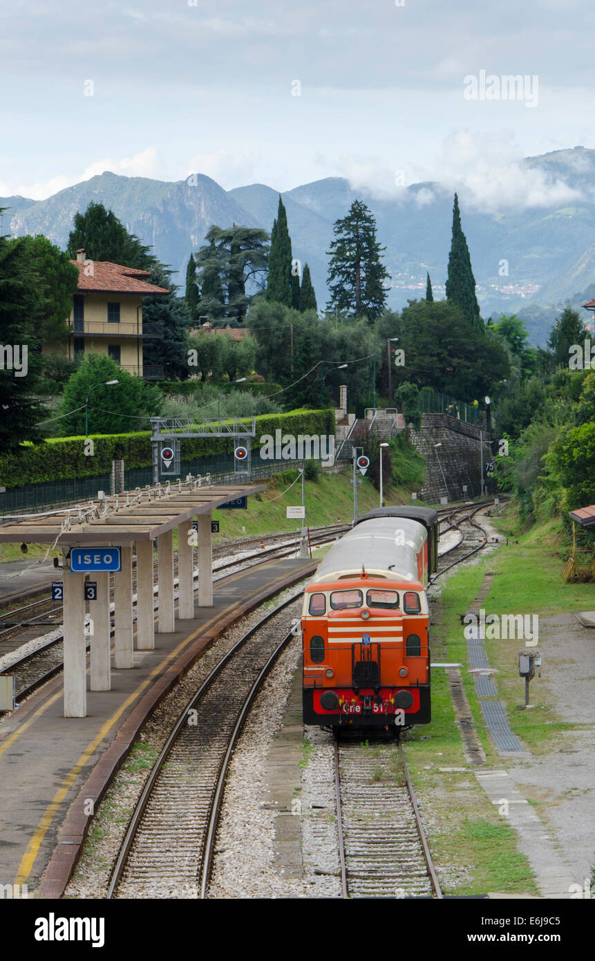 Train arriving at train station of Iseo near Lake iseo, Lombardy, Italy. - Stock Image