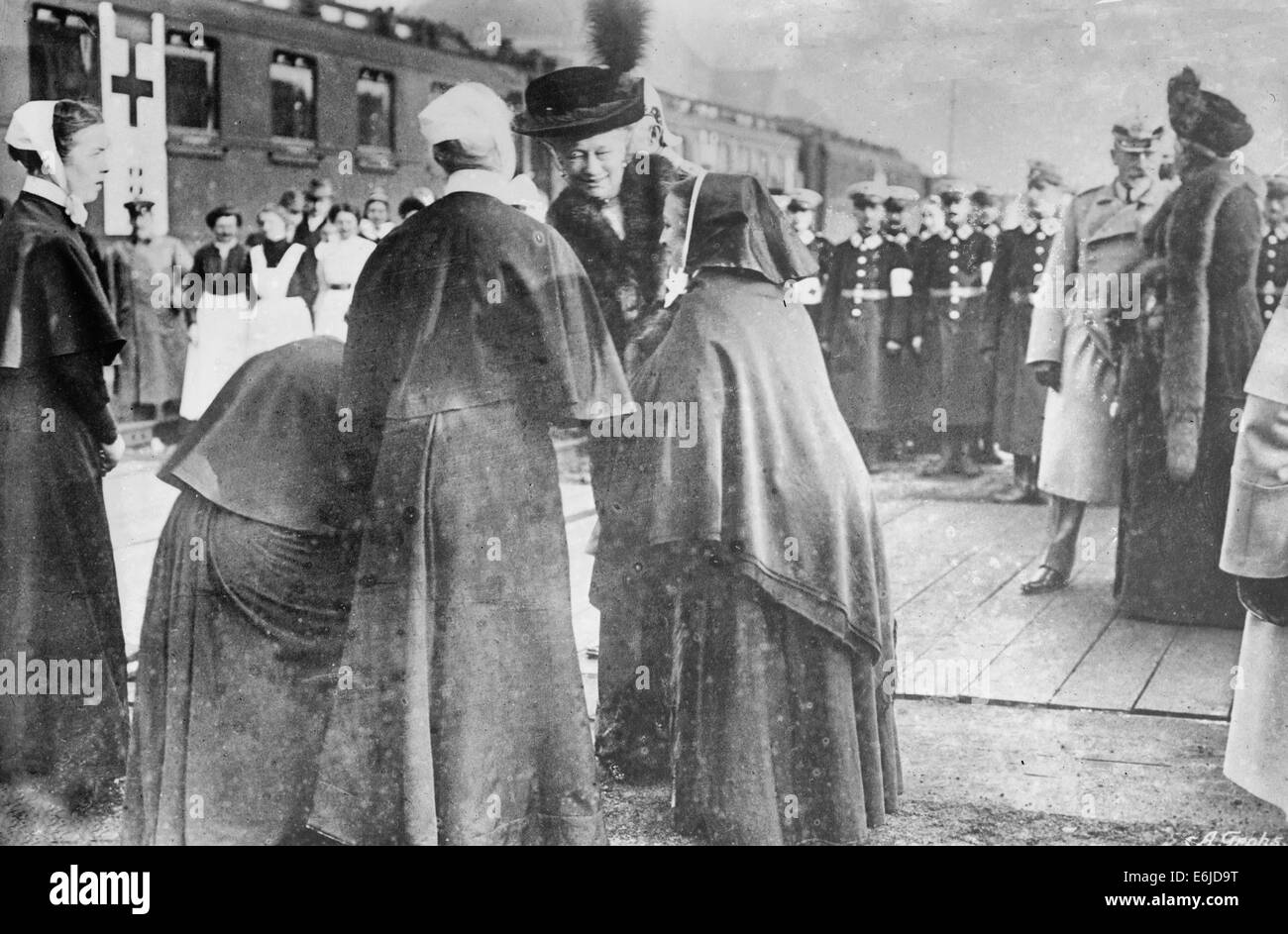 Kaiserin's farewell to Red Cross Sisters - Kaiserin Augusta Victoria of Schleswig-Holstein (1858-1921), wife - Stock Image