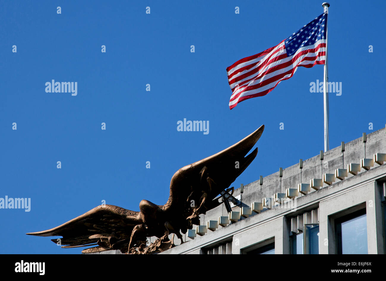 U.S. eagle and flag above American Embassy in Grosvenor Square, Mayfair, London - Stock Image