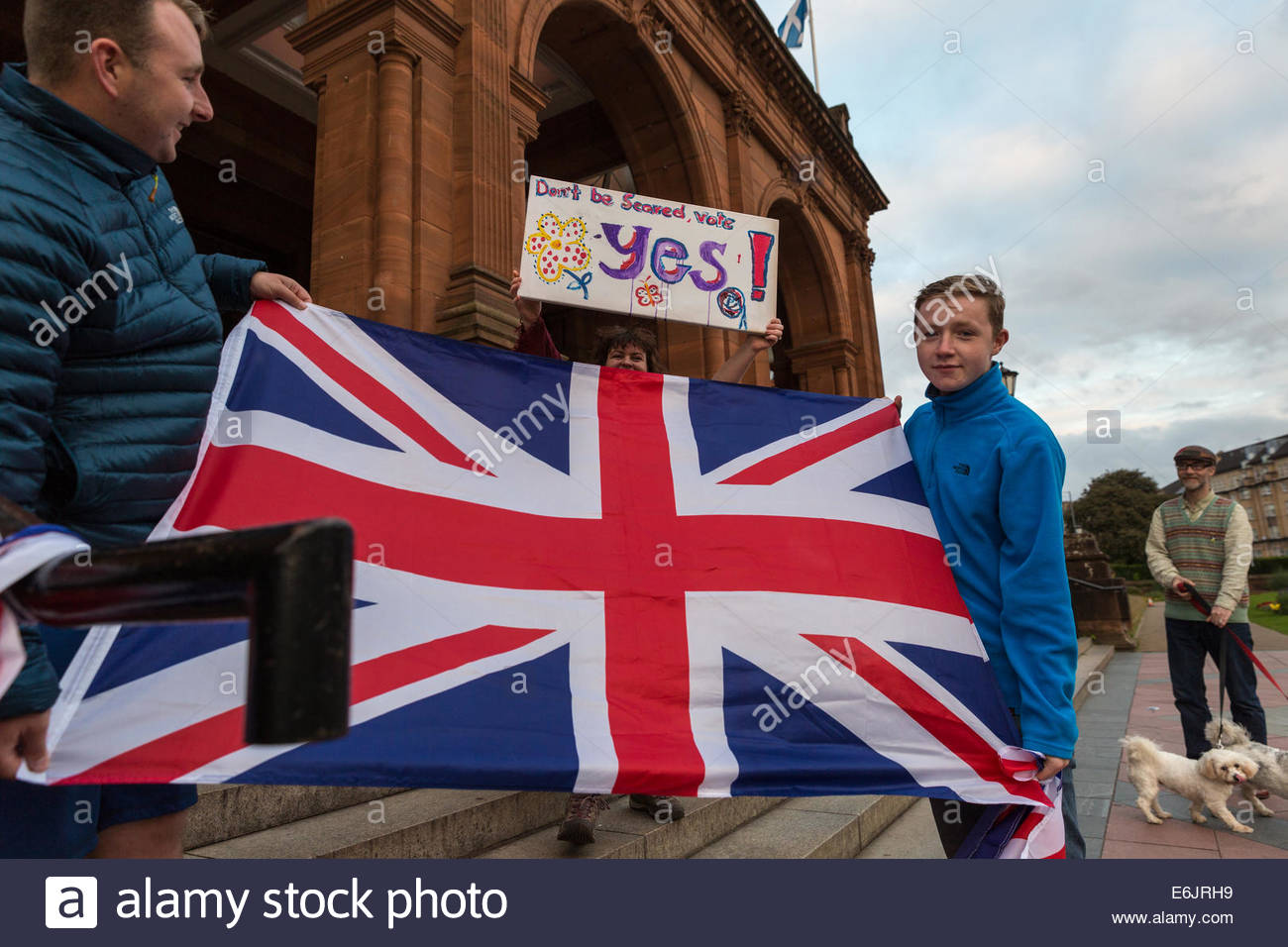 Glasgow, Scotland. 25th Aug, 2014. Pro-union and pro-independence supporters demonstrate in front of Kelvingrove - Stock Image