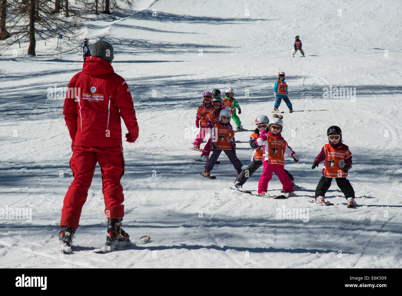 Children ski lessons with instructor on the piste, Zauchensee, Pongau, Tauern, Salzburg, Salzburg State, Austria - Stock Image