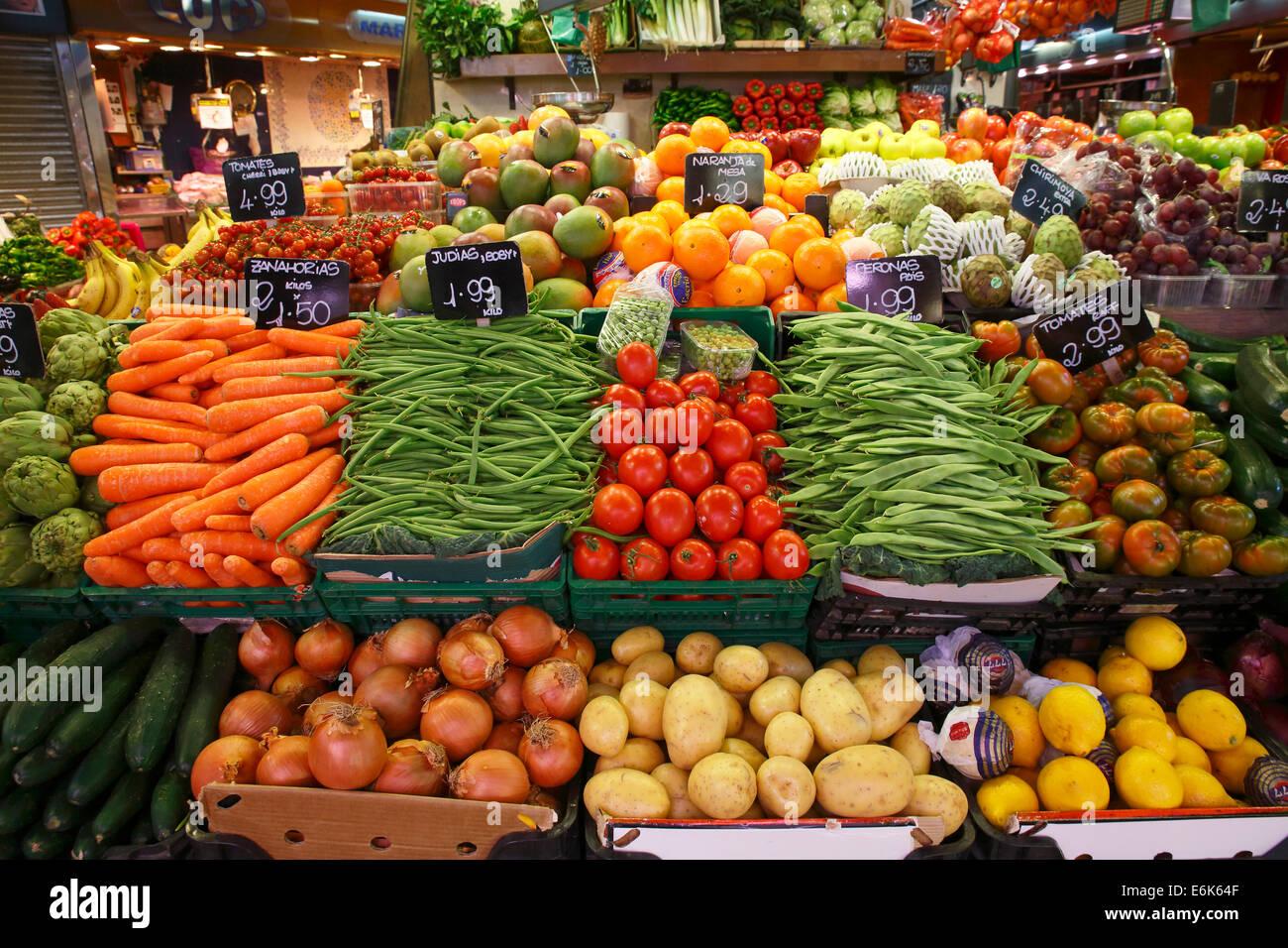 Market stall selling fruit and vegetables, old market halls, Mercat de La Boqueria, also Mercat de Sant Josep, La - Stock Image