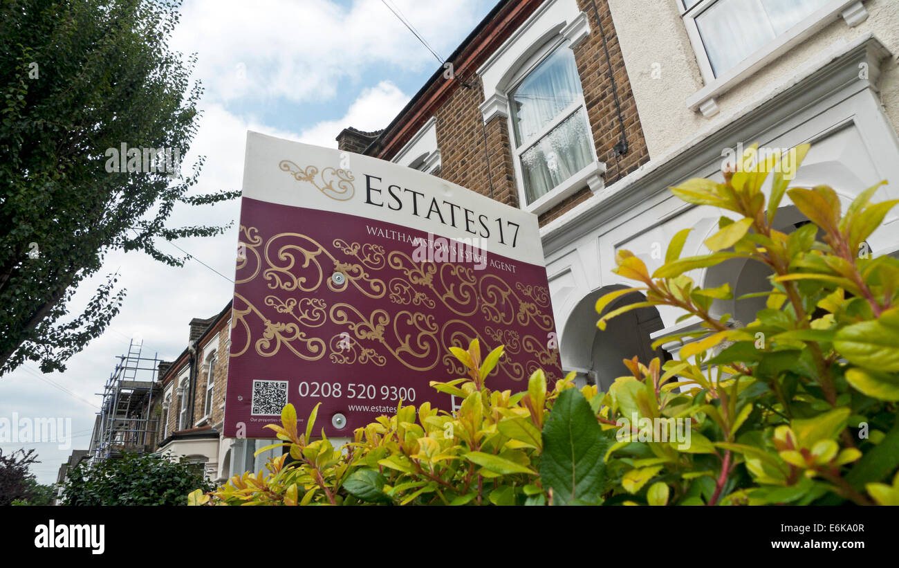 Estates 17 Estate Agent property for sale sign outside row of terraced houses in Walthamstow London E17 UK  KATHY - Stock Image