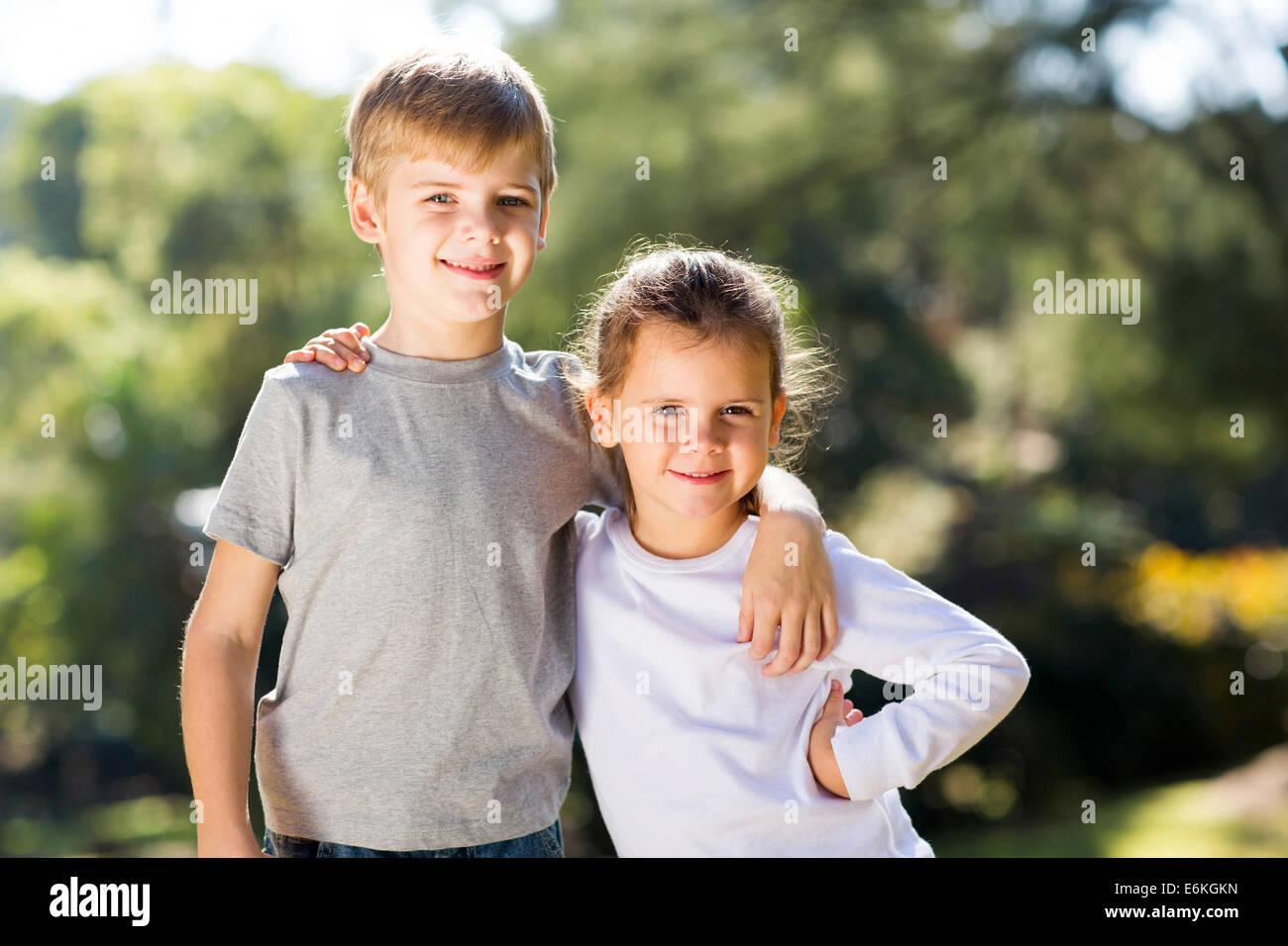 Sorella felice e fratello insieme insieme all'aperto-4068