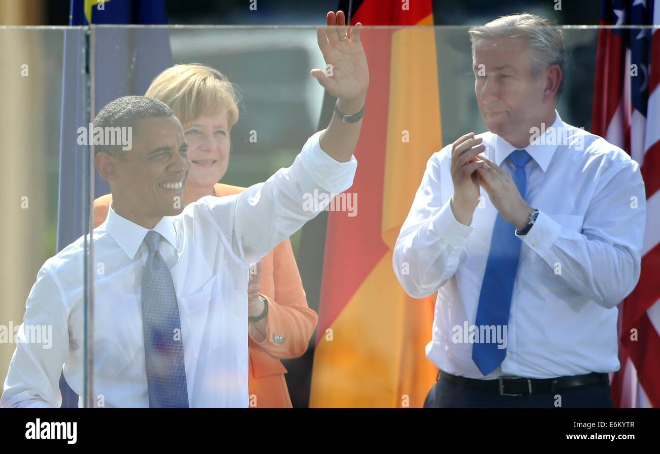 (FILE) An archive picture, dated 19 June 2013, shows US president Barack Obama (L) next to German chancellor Angela Stock Photo