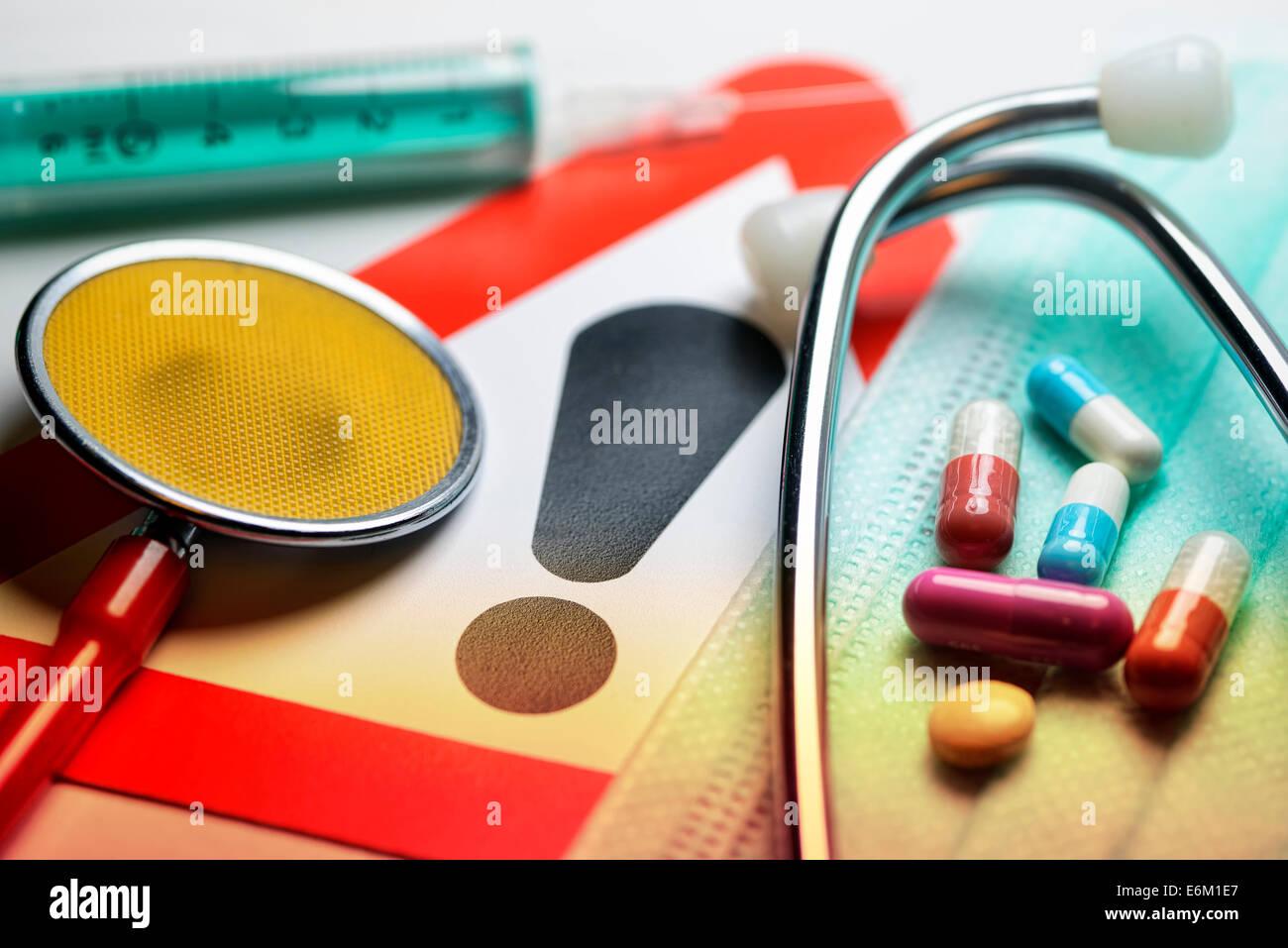 Stethoskop, Spritze, Tabletten und Warnschild, Symbolfoto medizinischer Behandlungsfehler Stock Photo