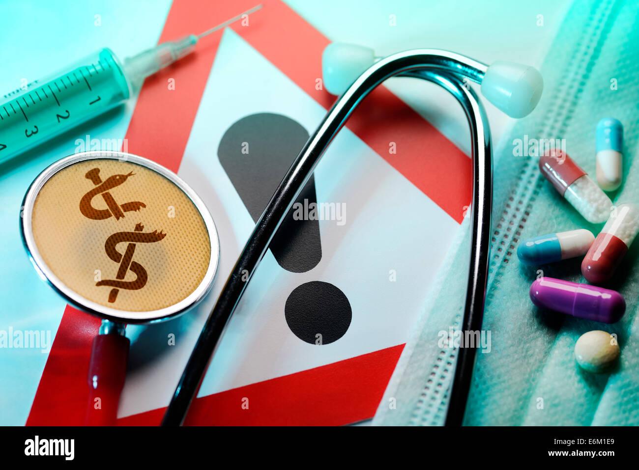 Stethoskop mit zerbrochenem Äskulapstab, Spritze, Tabletten und Warnschild, Symbolfoto medizinischer Behandlungsfehler Stock Photo