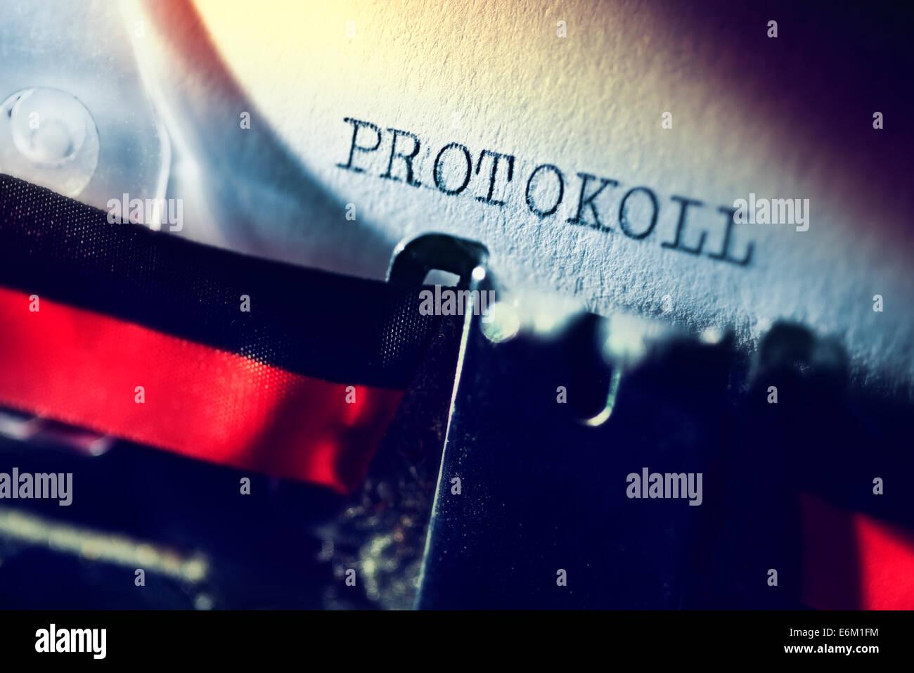 Das Wort Protokoll geschrieben auf einer Schreibmaschine, Schutz vor digitaler Spionage - Stock Image