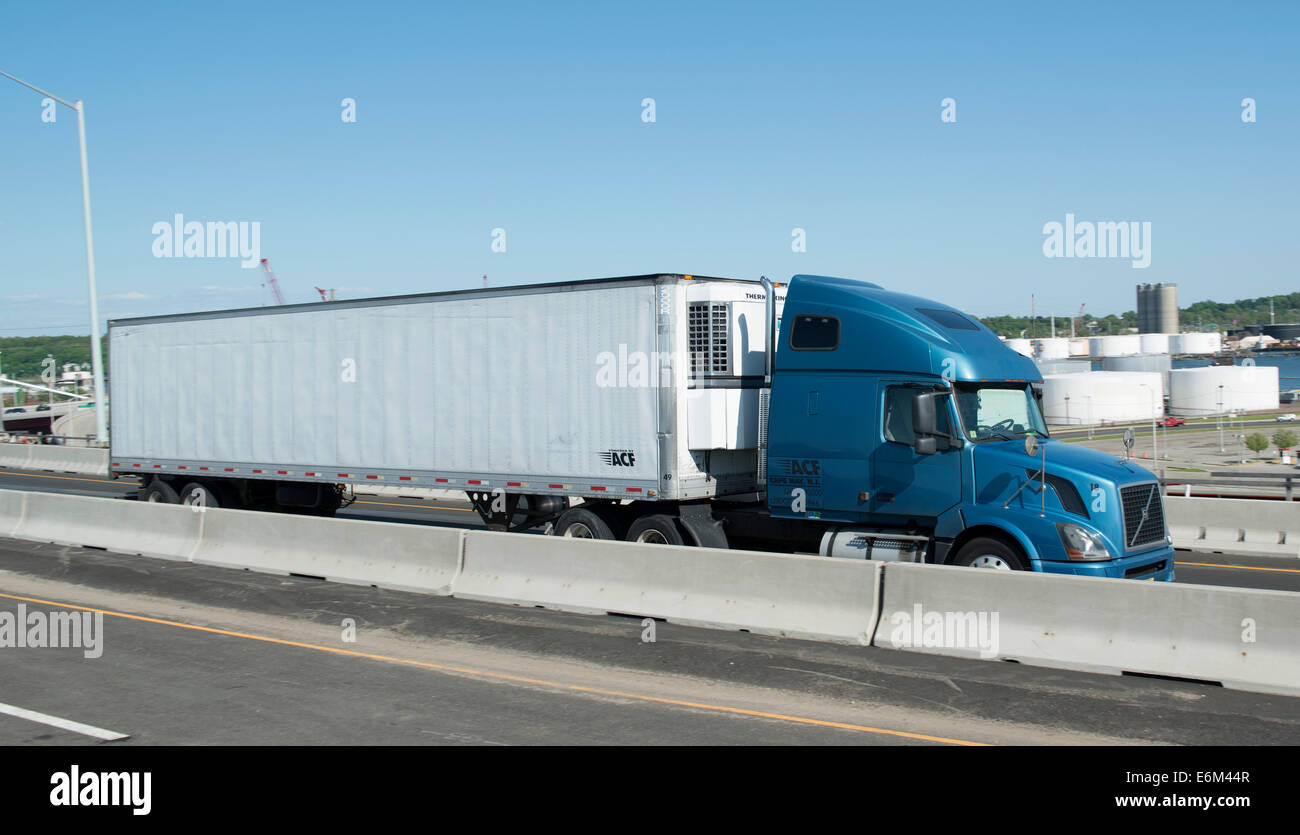 18 wheeler tractor trailer truck on Rt. 95 South in New Haven, CT. - Stock Image
