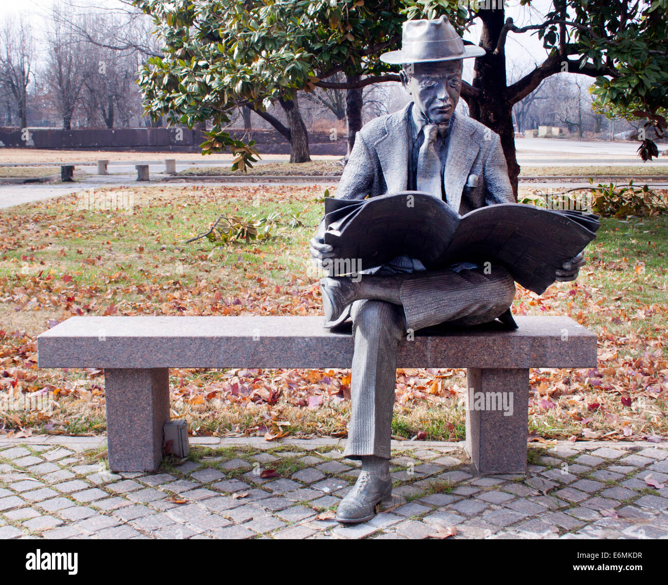 Man Reading Newspaper statue in Tulsa Oklahoma - Stock Image