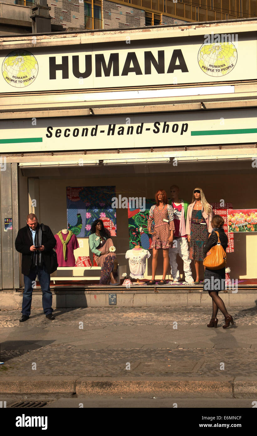 Vor dem Second-Hand-Kaufhaus Humana an der Kantstraße in der City West in Berlin stehen Passanten, nahe dem Bahnhof Stock Photo