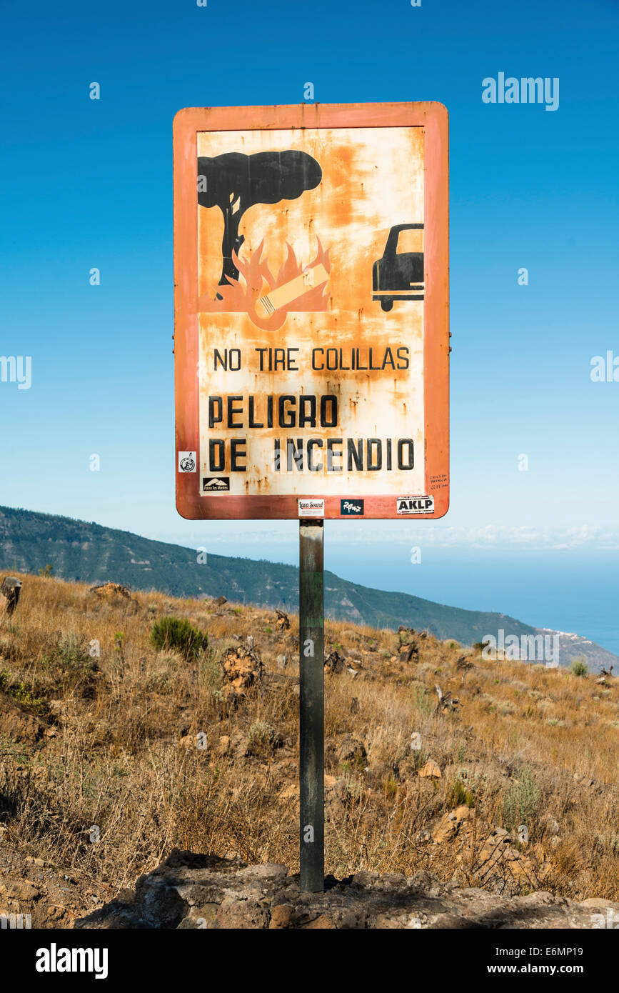 Spanish warning sign, warning of forest fires, 'No tire colillas - Peligro de incendio', Tenerife, Canary - Stock Image