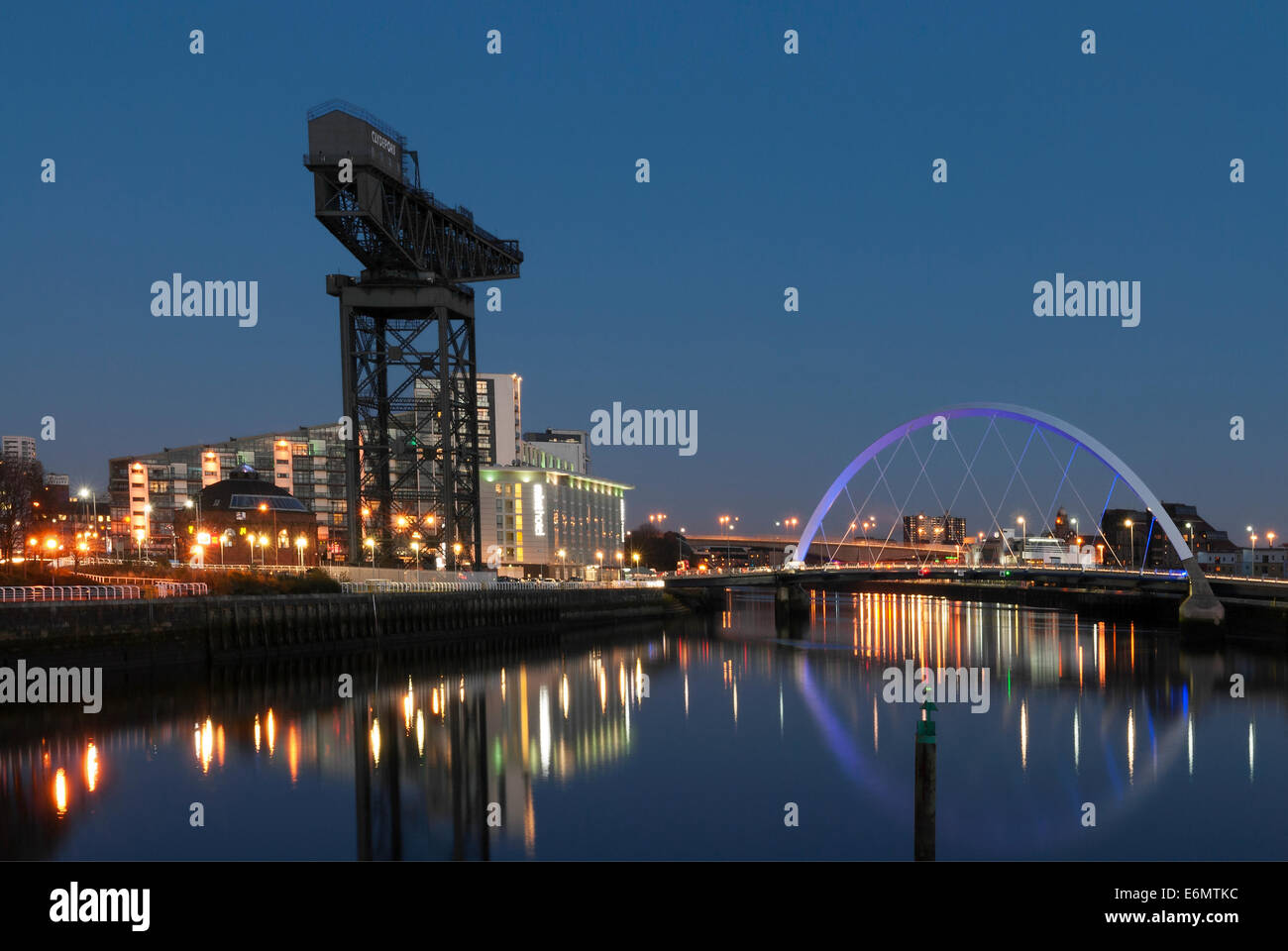 Night photograph of the River Clyde with the Finnieston Crane and  Clyde Arc Bridge (Squinty Bridge) Glasgow. - Stock Image