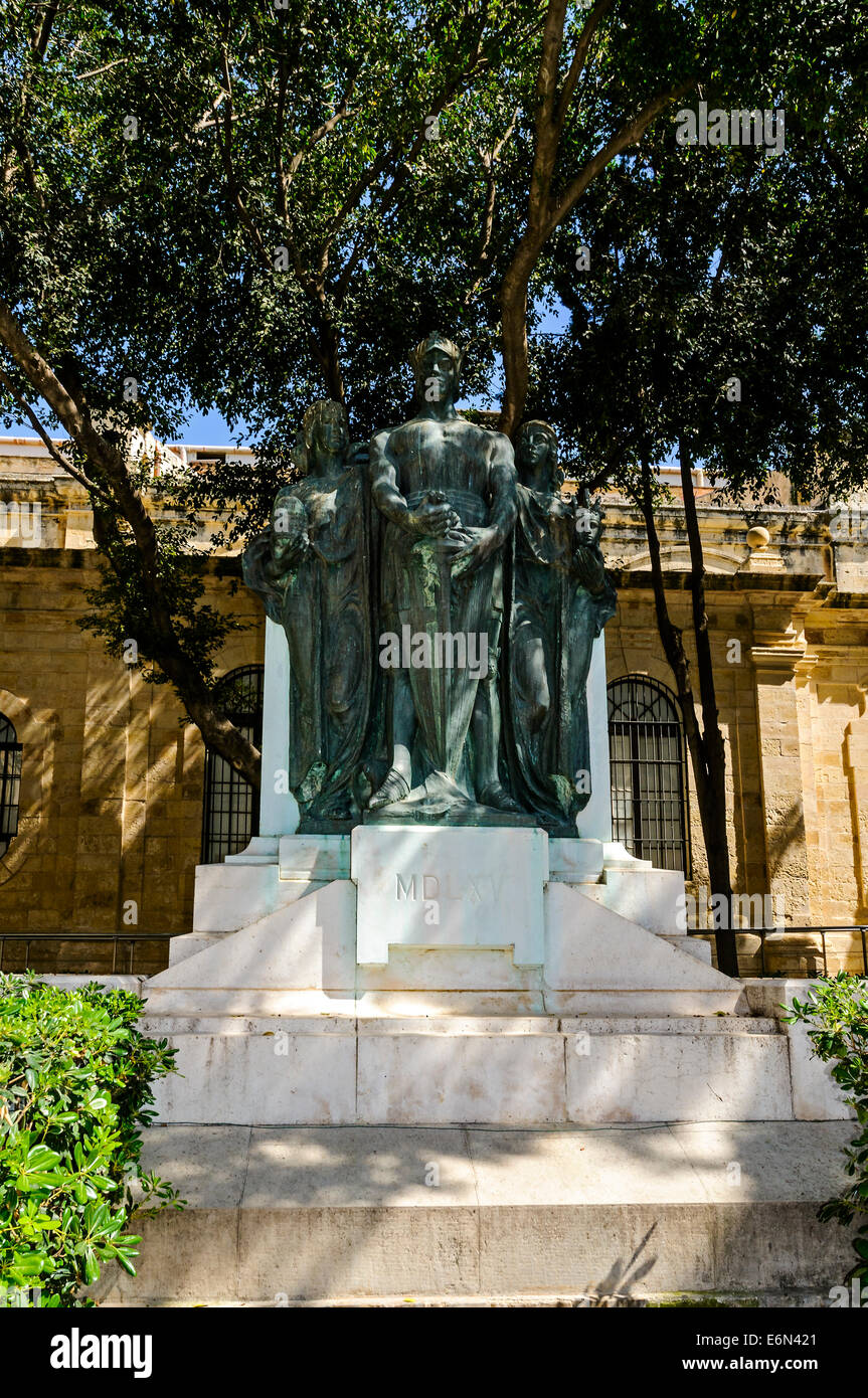 The Great Siege Monument in Valletta which commemorates the Great Siege of 1565 has three bronze figures on a granite - Stock Image