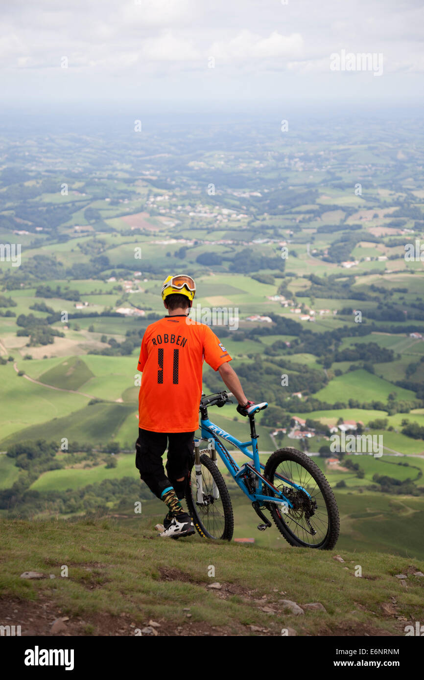 In the inner French Basque country, a sportsman with his mountain bike before the descent of the Baïgoura summit - Stock Image
