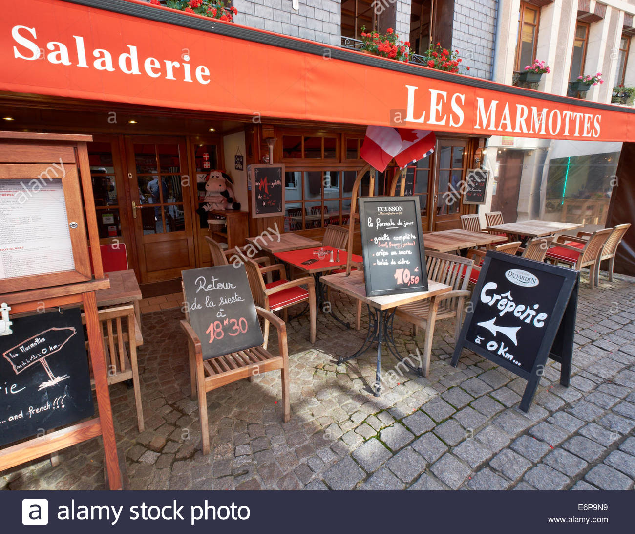 Creperie at zero kilometre 0km, sense of humour. Blackboard sign outside restaurant reopens after siesta sign Honfleur - Stock Image