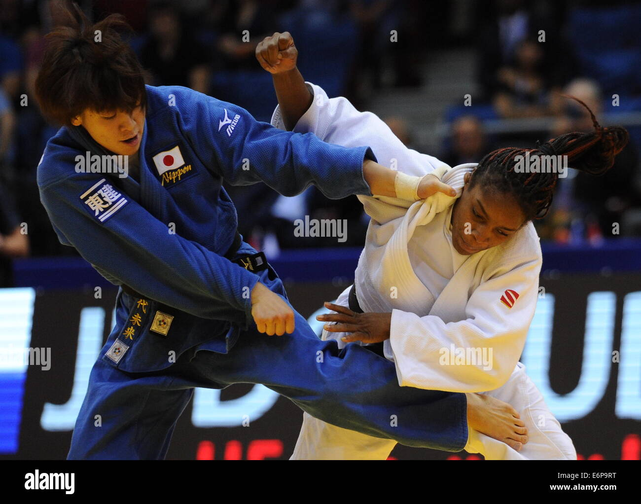 Chelyabinsk, Russia. 28th Aug, 2014. Miku Tashiro of Japan (L) competes with Edwige Gwend of Italy in their women's - Stock Image