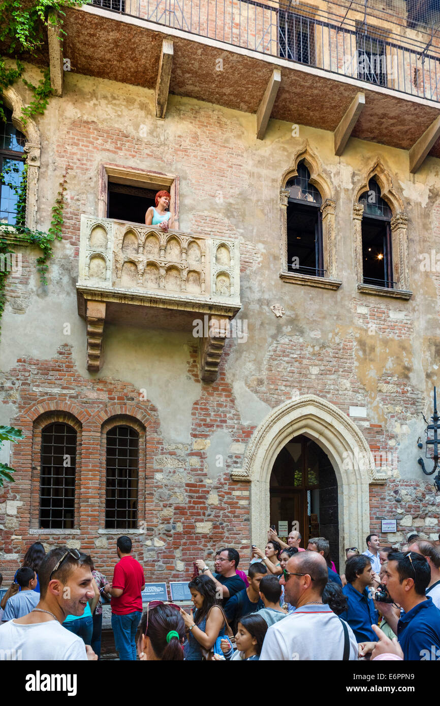 Romeo and Juliet Balcony. Crowds of tourists below the balcony in the Casa di Giulietta (Juliet's House), Via - Stock Image