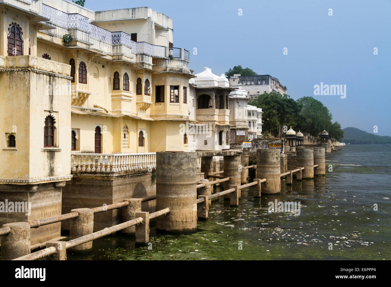 Guest houses on the banks of Lake Pichola, Udaipur, Rajastan, India Stock Photo