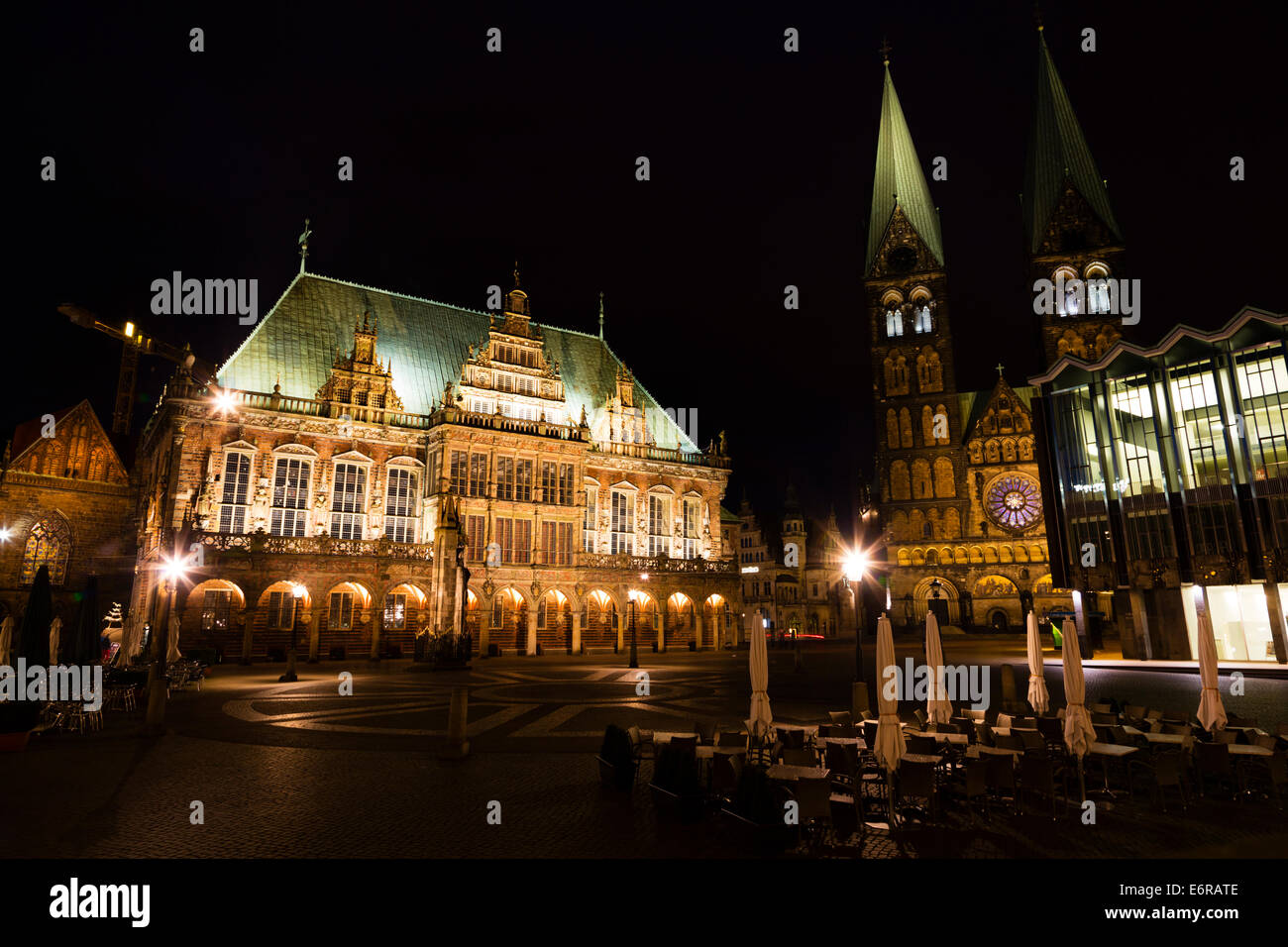 Night veiw of the Markt, Bremen showing the Rathaus and the Dom of St Petri. Stock Photo