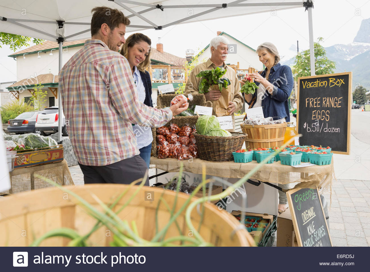 Couples shopping at farmers market - Stock Image