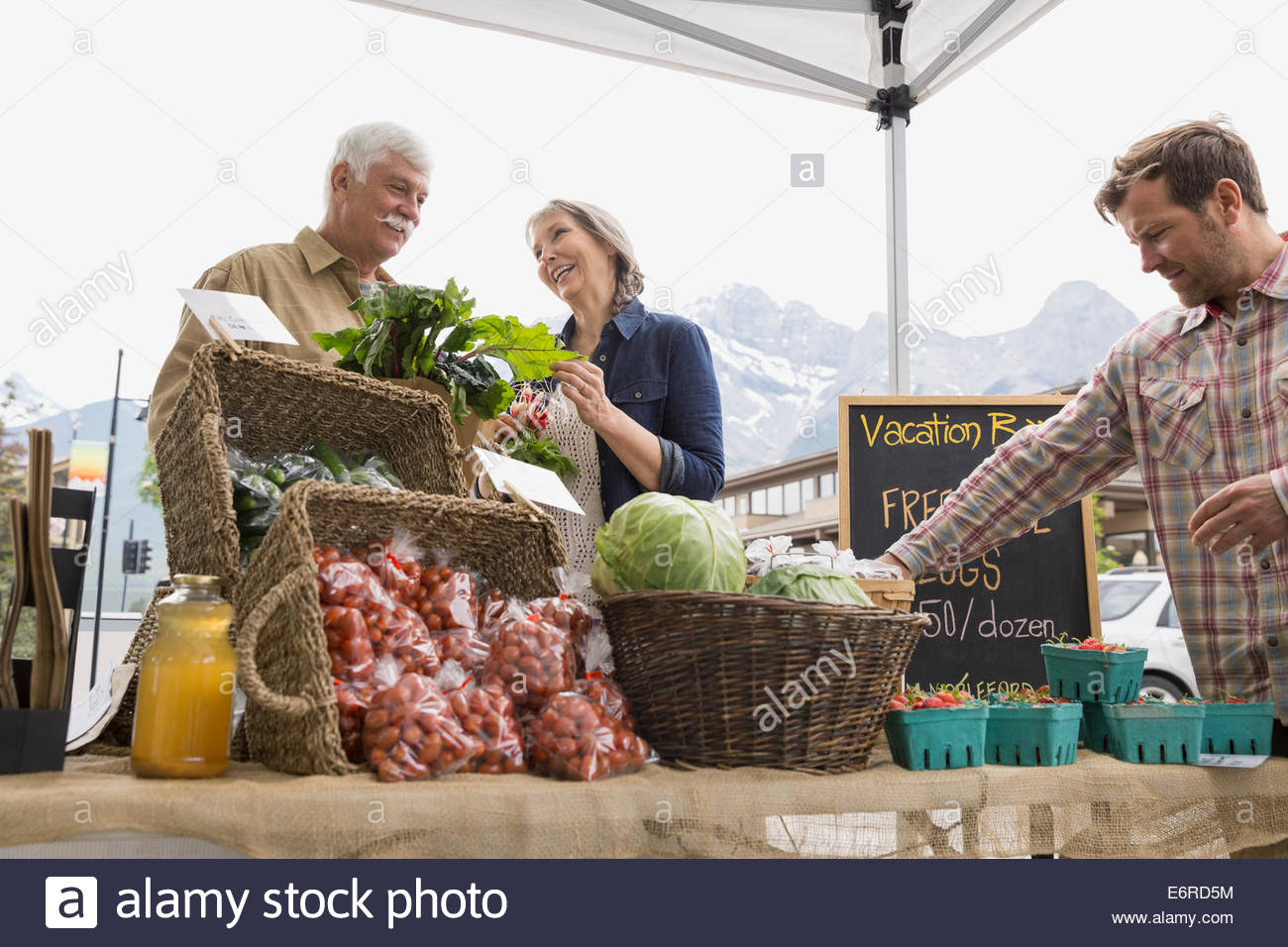 People shopping at farmers market - Stock Image