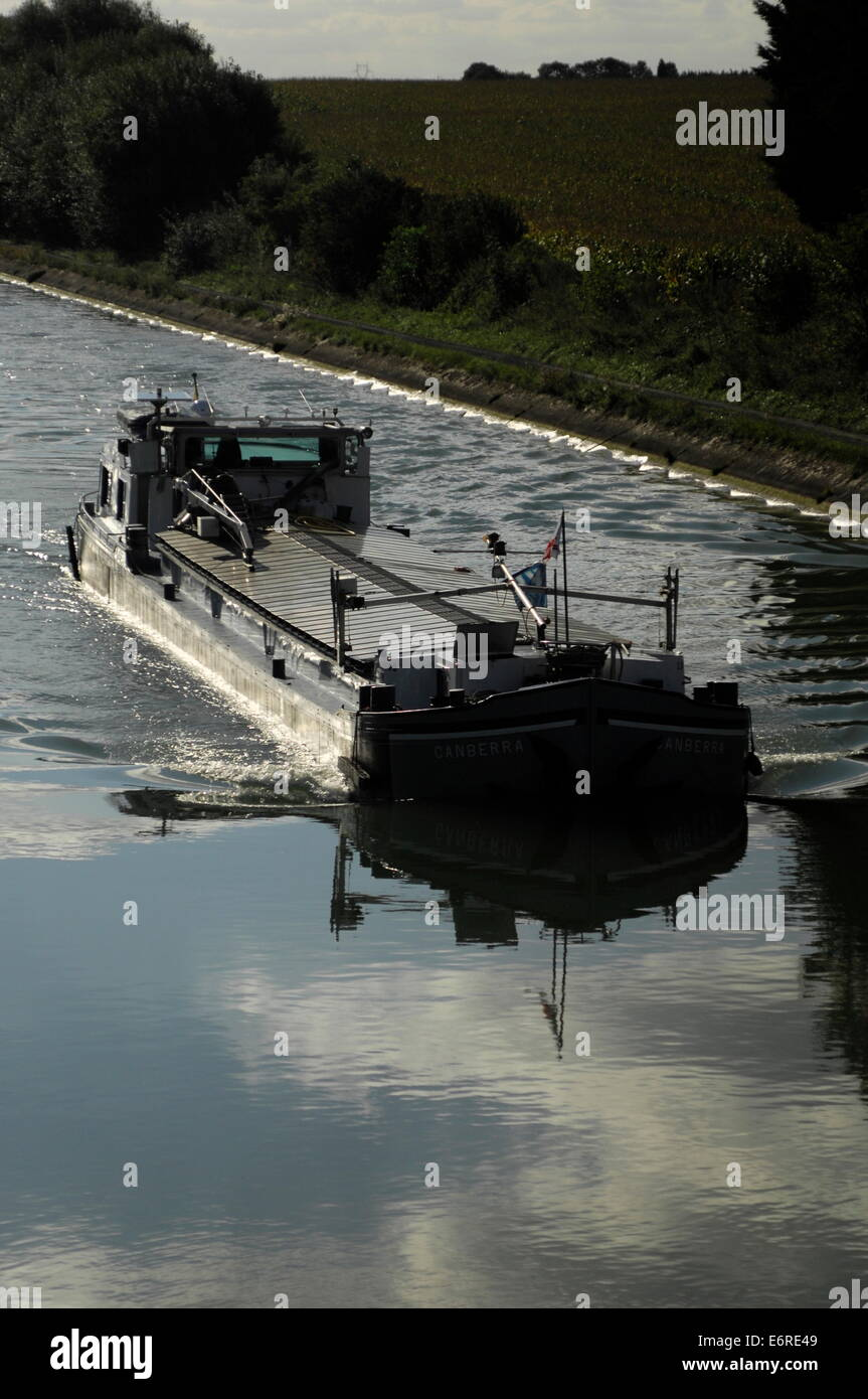 CANAL DU NORD, FRANCE. - A LOADED PENICHE APPROACHES A LOCK NEAR ALLAINES. PHOTO:JONATHAN EASTLAND/AJAX - Stock Image