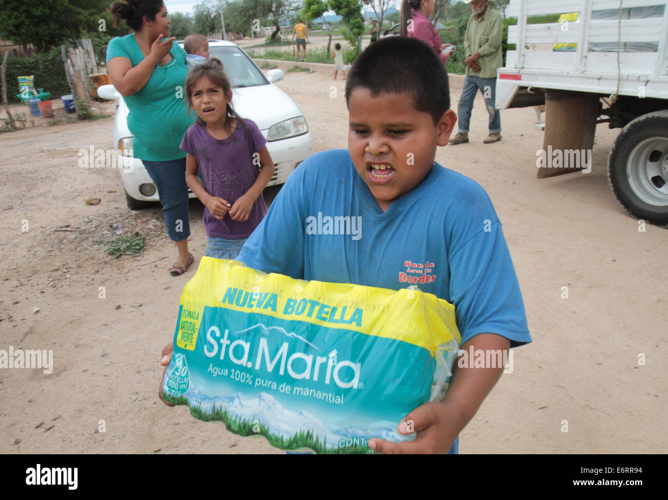 (140830) -- SONORA, Aug. 30, 2014 (Xinhua) -- Image taken on Aug. 19, 2014, of a boy carrying a package of purified - Stock Image