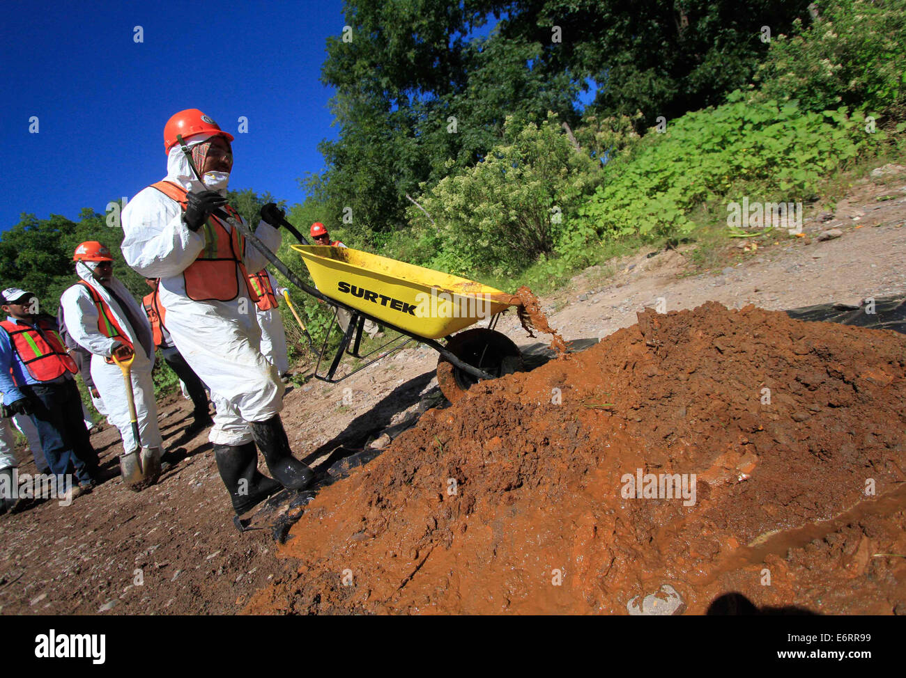 (140830) -- SONORA, Aug. 30, 2014 (Xinhua) -- Image taken on Aug. 28, 2014, shows employees performing cleaning - Stock Image
