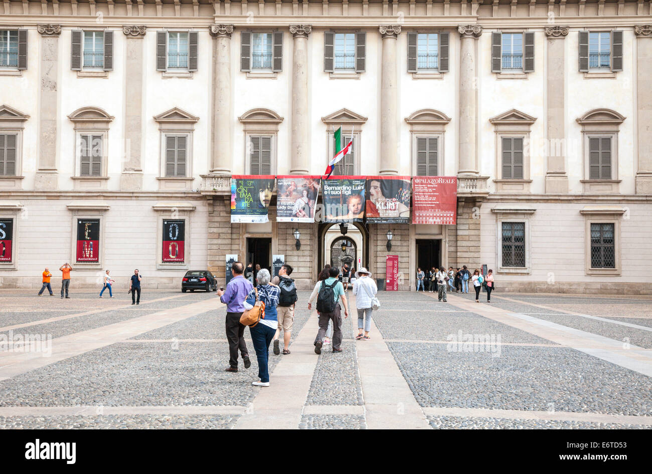 People outside the Palazzo Reale beside the duomo in Milan, Italy - Stock Image
