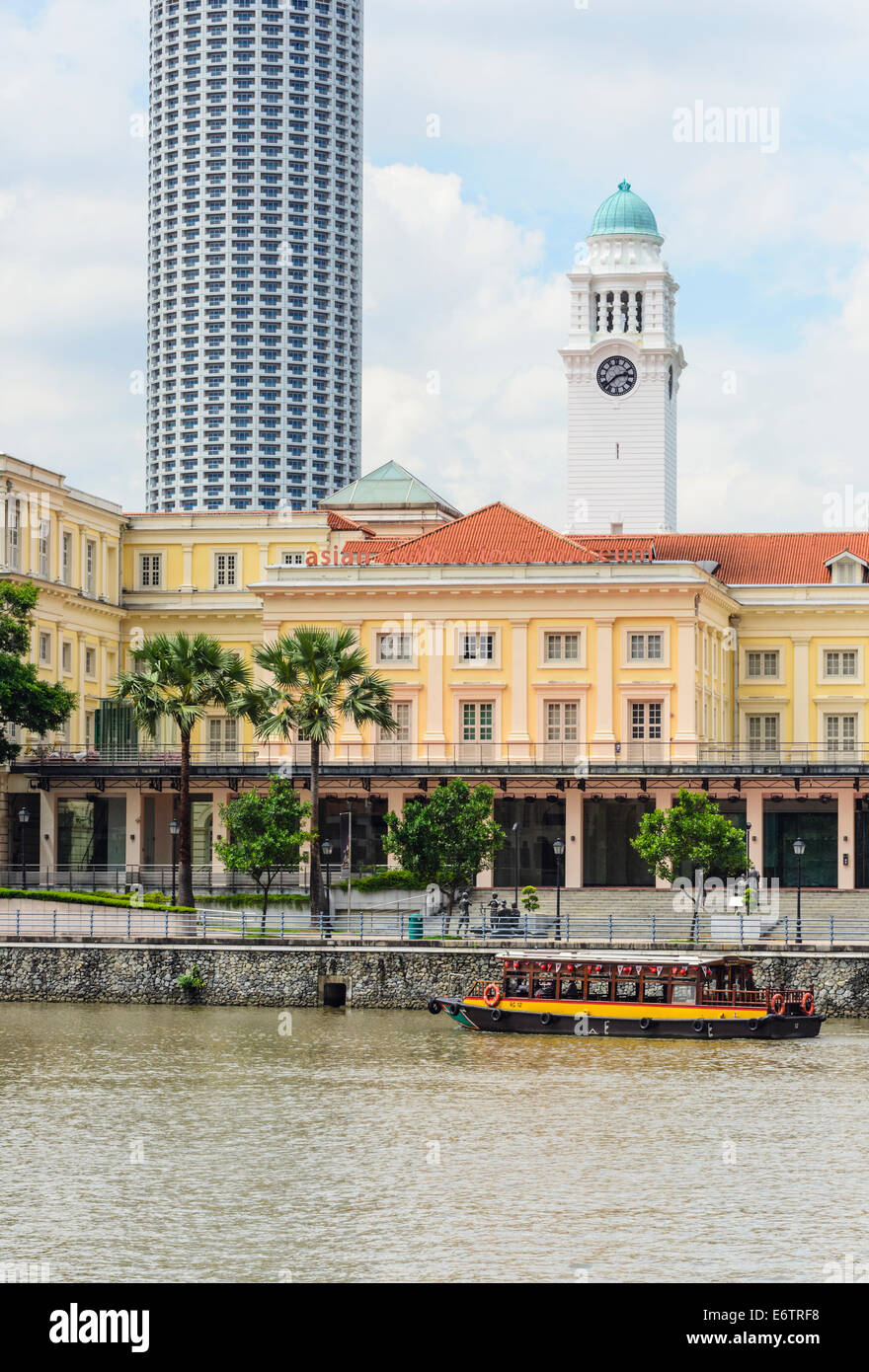 A traditional bumboat in front of the Asian Civilisations Museum in the Empress Place Building, Singapore - Stock Image