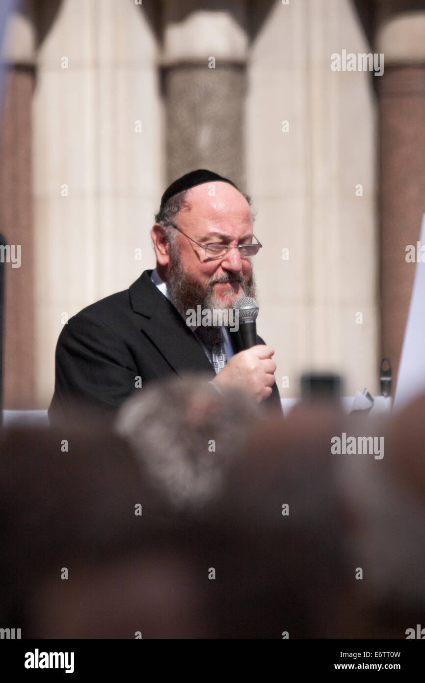 London, UK. 31st Aug, 2014. Chief Rabbi  Ephraim Mervis speaks as thousands of Jews and their supporters from London - Stock Image