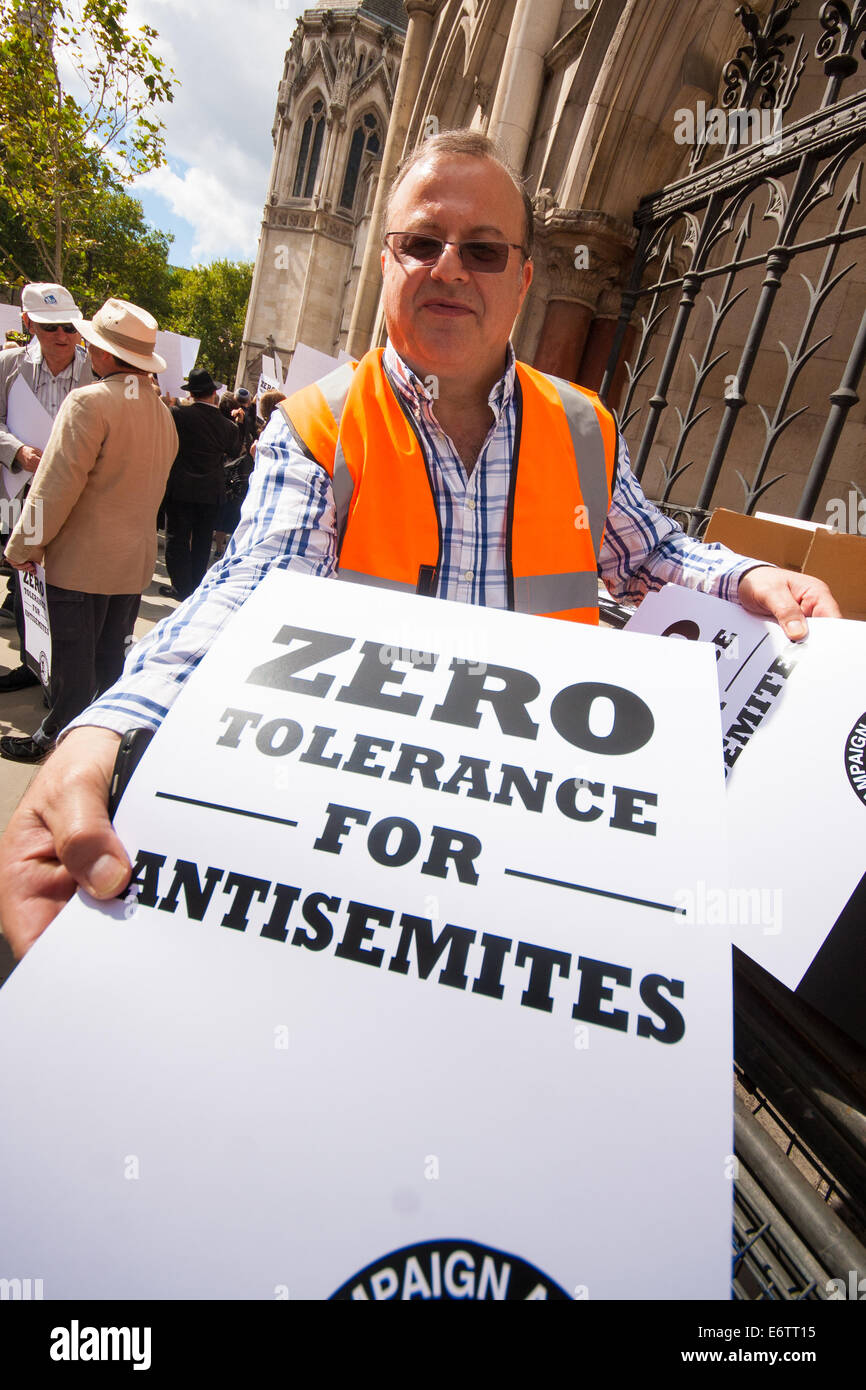 London, UK. 31st Aug, 2014. Placards are handed out as thousands of Jews and their supporters from London and across - Stock Image