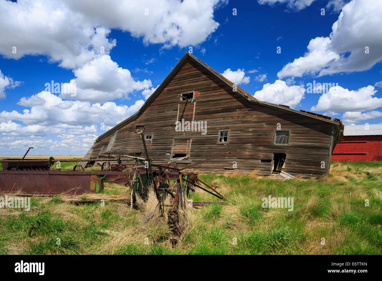 Abandoned farm buildings, near Leader, Saskatchewan, Canada Stock Photo