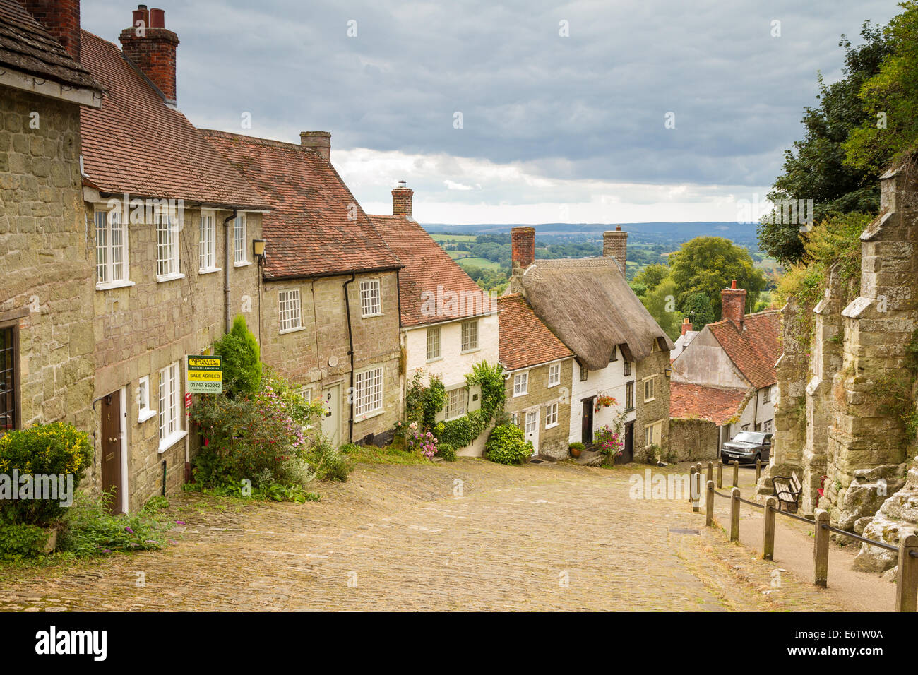 Gold Hill aka Hovis Hill in Shaftesbury, Dorset. Made famous by the 1973 Hovis Television advert - Stock Image