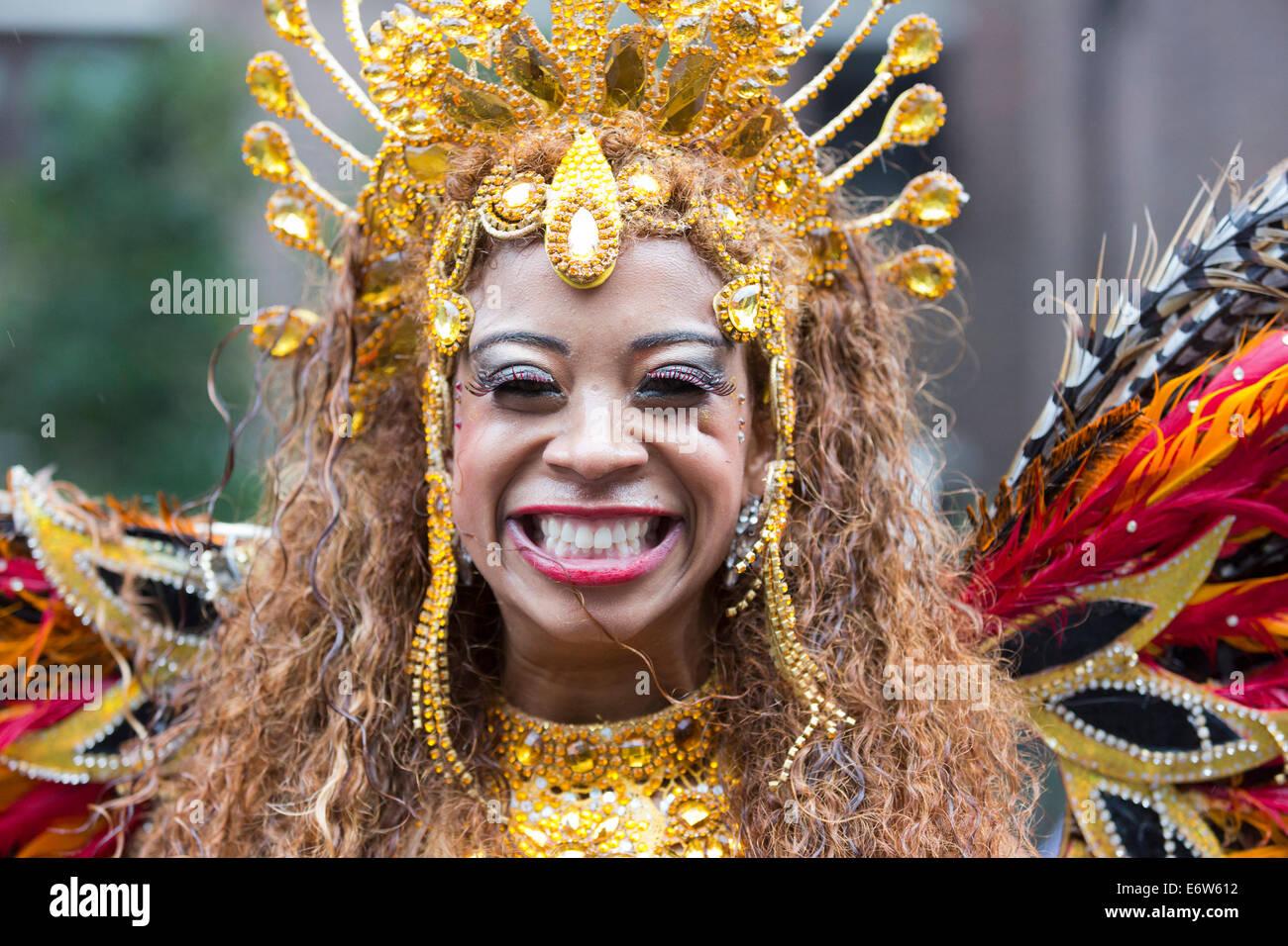 Samba Dancer from the London School of Samba at a rainy Notting Hill Carnival parade, London, UK - Stock Image