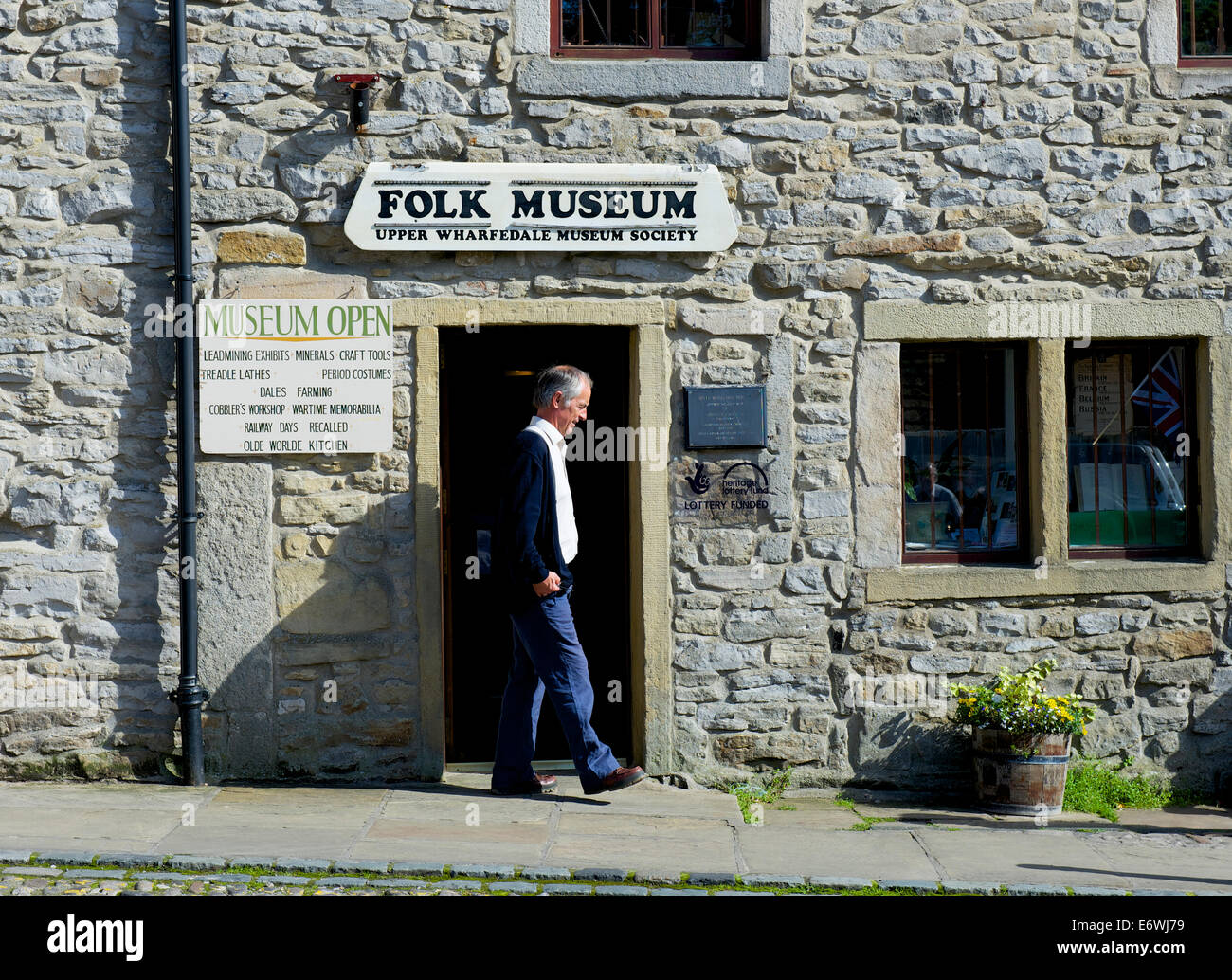 Man walking past the Folk Museum, Grassington, Wharfedale, Yorkshire Dales National Park, North Yorkshire, England - Stock Image