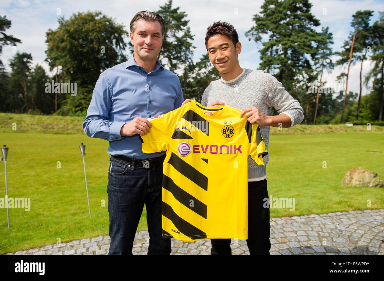 ¿Cuánto mide Shinji Kagawa? - Real height Japanese-player-shinji-kagawa-and-borussia-dortmund-sport-director-E6WPDY