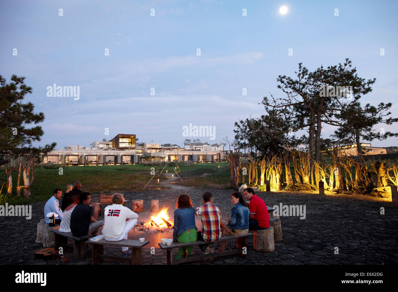 Guests at the fire called 'Ring of Fire' in the garden of Hotel Areias do Seixo, Povoa de Penafirme, A-dos - Stock Image