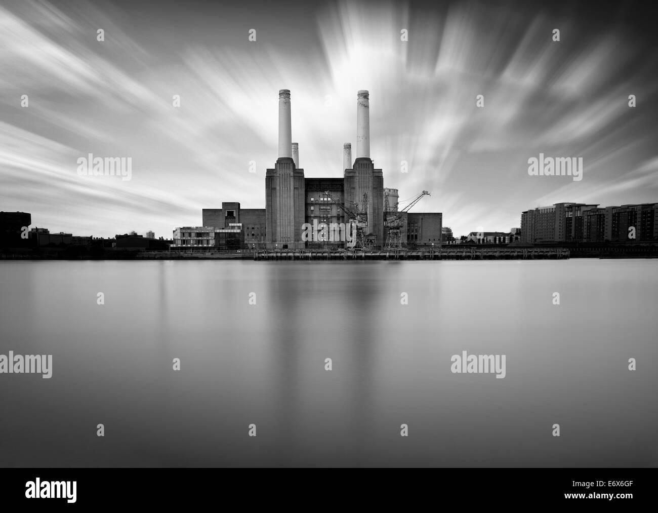battersea power station, long exposure. credit: LEE RAMSDEN / ALAMY - Stock Image