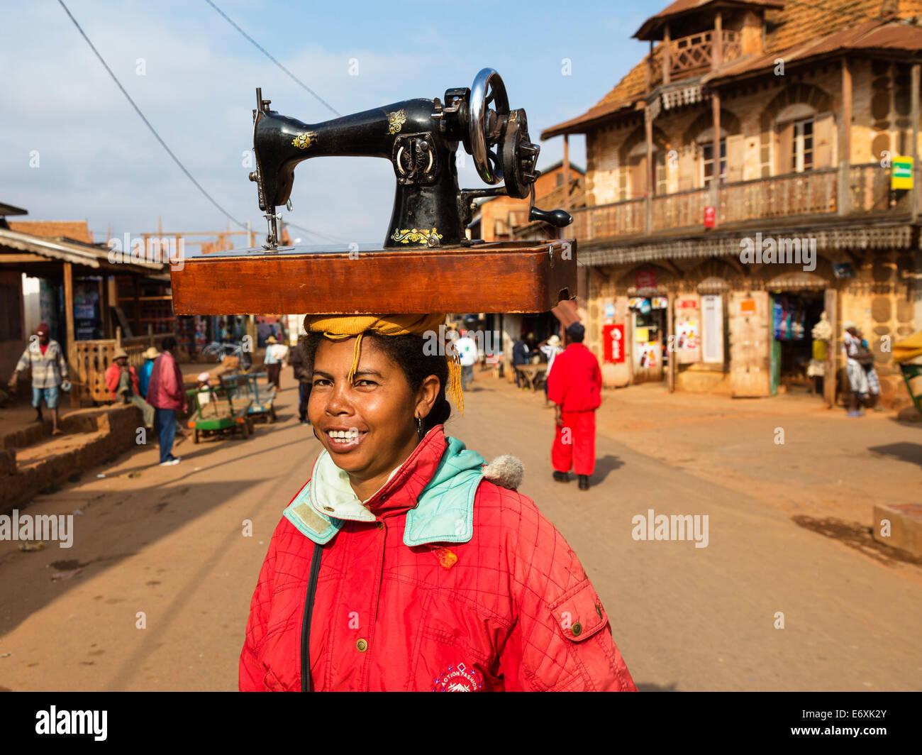 Madagascan woman carrying a sewing machine on her head, Betsileo tribe, Ambalavao, Fianarantsoa Region, Madagascar, - Stock Image