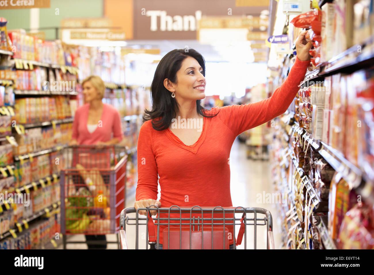 Women shopping in supermarket - Stock Image