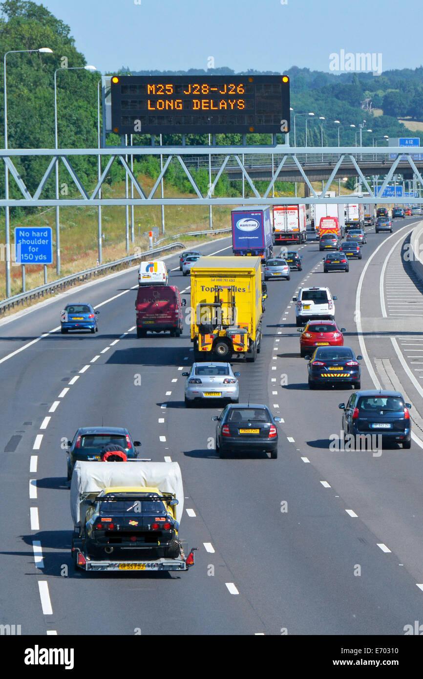 M25 motorway electronic gantry sign warning of long delays - Stock Image