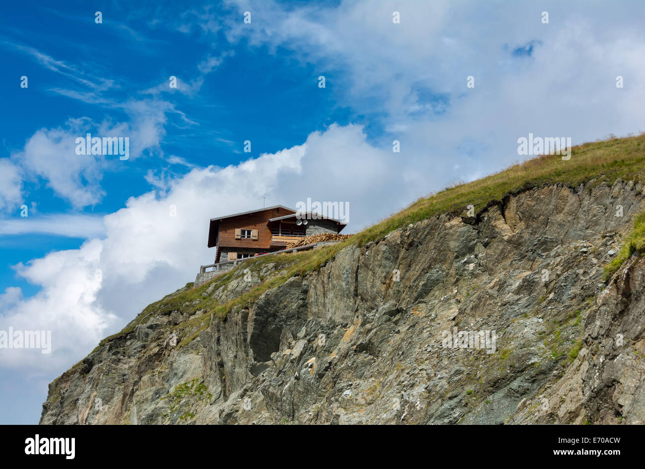 Wood chalet in Fagaras mountaines, Romania in the summer. - Stock Image