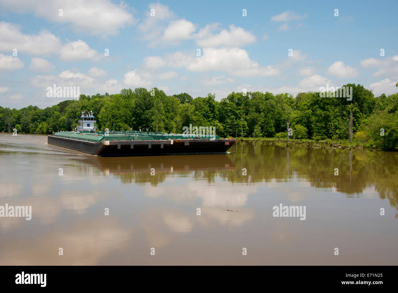 USA, Mississippi, Tennessee-Tombigbee Waterway. Tugboat pushing river barge. (Large format sizes available) - Stock Image