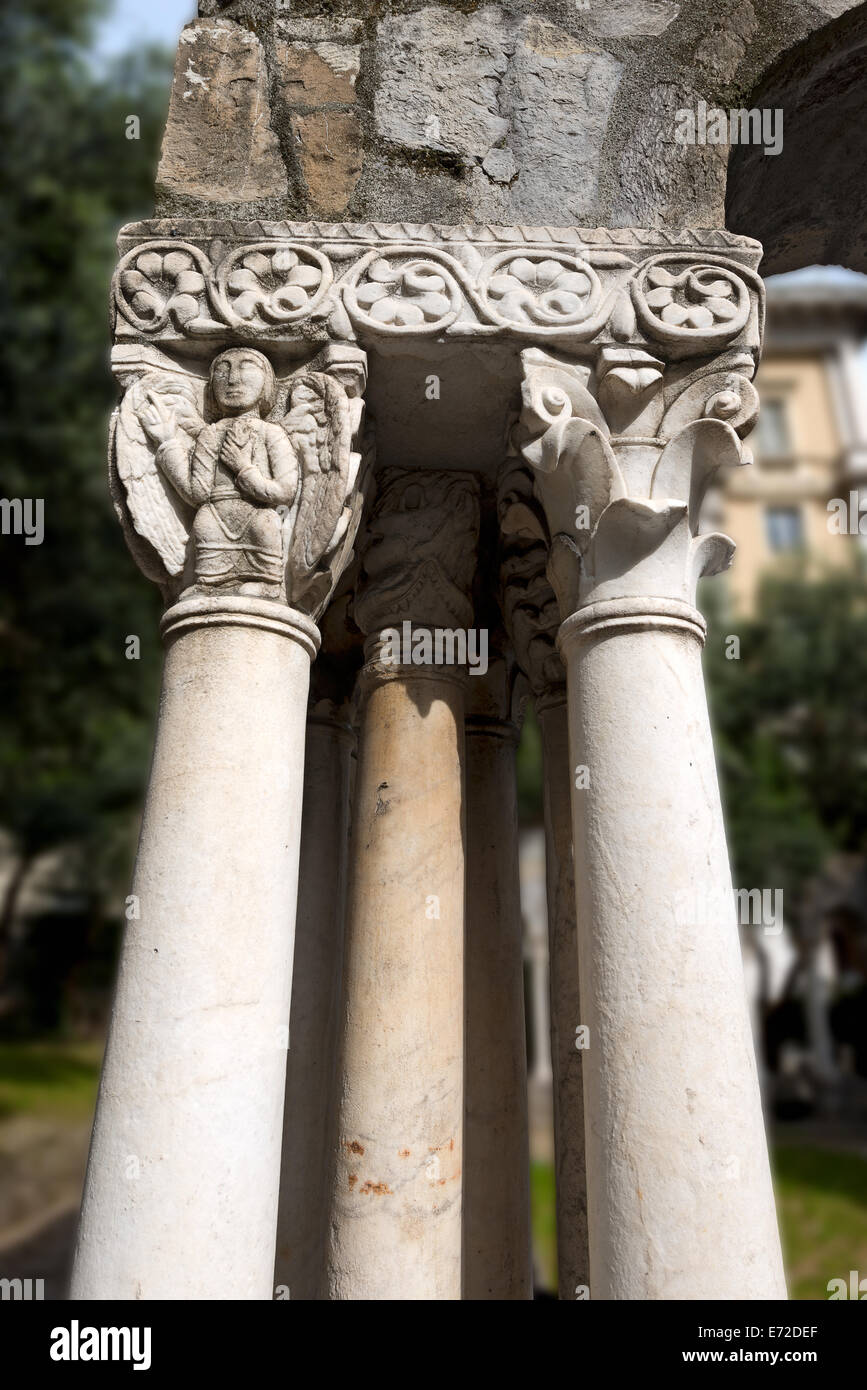 Capital and columns of the cloister of St. Andrea (12th century) between Porta Soprana and Christopher Columbus' Stock Photo