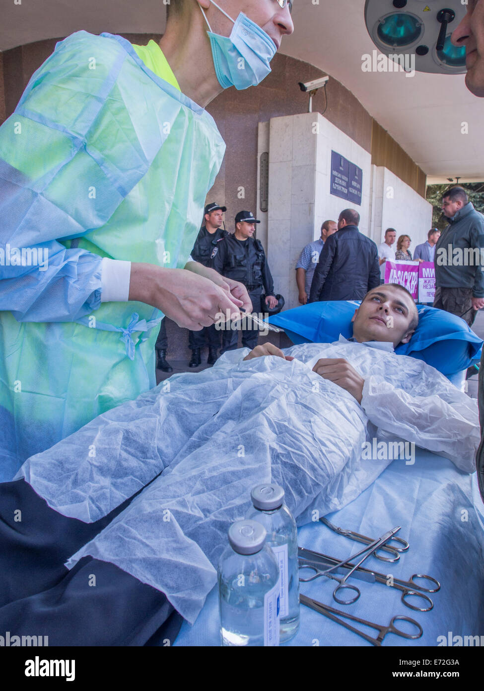 Kiev, Ukraine. 4th September, 2014. Activists performs surgery. -- Before the plenary session of the Kiev City Council - Stock Image