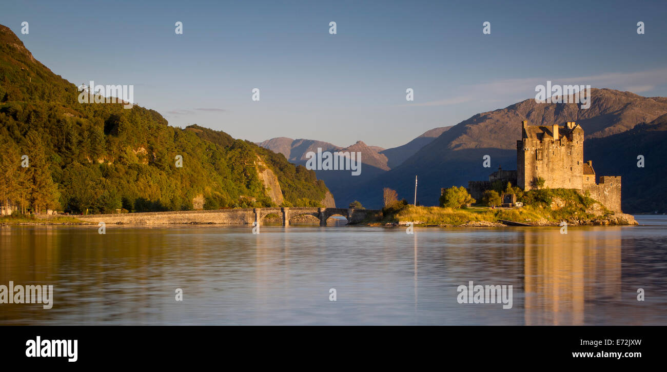 Setting sunlight on Eilean Donan Castle along Loch Duich, Dornie, Highlands, Scotland - Stock Image