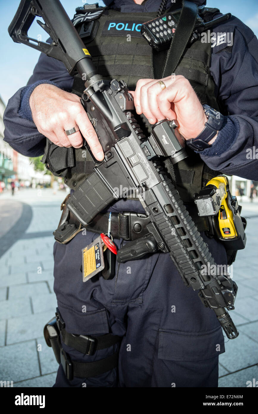 Cardiff, Wales, UK. 04th Sep, 2014. Nato armed Police officer in Cardiff City Centre, Wales, UK. Police man armed - Stock Image
